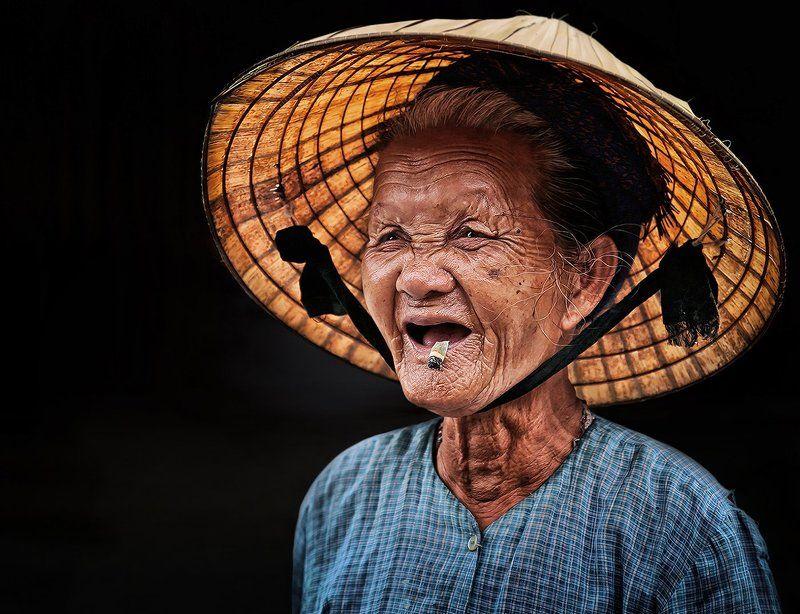 вьетнам, шляпа, окурок, бенчик, сигарета, смех, настроение, эмоция, бабушка, старуха Окурокphoto preview