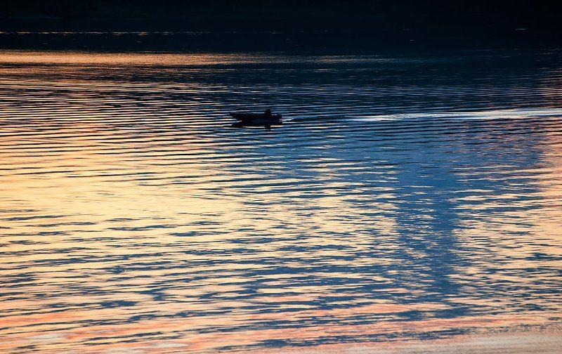 река, волга, лодка, вечер, закат, волны, блики на воде, калязин Pro магию волн...photo preview
