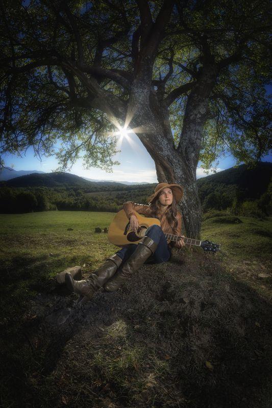 пилигрим,странник,музыкант, гитара, дерево, солнце, портрет, девушка, волшебство ..Из ежедневия пилигрима..photo preview