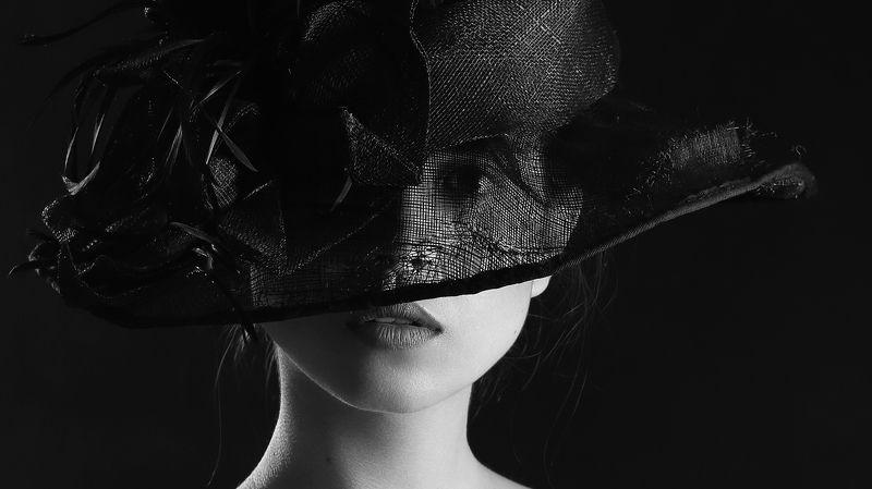 Девушка в шляпеphoto preview