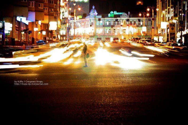 город, улица, человек, свет Одинокий среди потокаphoto preview