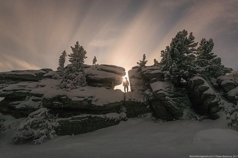 алтай, сибирь, siberia, тигирекский заповедник, тигирек, tigirek, altai, ночь, зима. снег, кедры, останцы, человек Луну несущий на плечеphoto preview