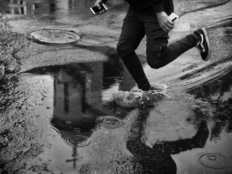 храм, крест, бег, дождь, лужа, капли, круги, ноги, отражение У каждого свой крестphoto preview