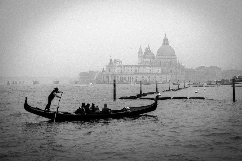 Italy, Venice, cityscape, BW, Gondoliere photo preview