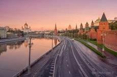 Кремлевская набережная утром.