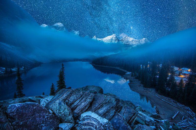 озеро морейн, канада, звезды, горы, отражения, туман Ночной Морейнphoto preview