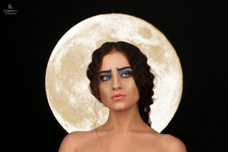 девушка, луна Анастасия на фоне луныphoto preview