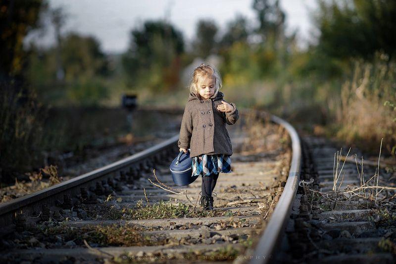 return home вернуться домой треков tracks sweet cute girl autumn return home..photo preview
