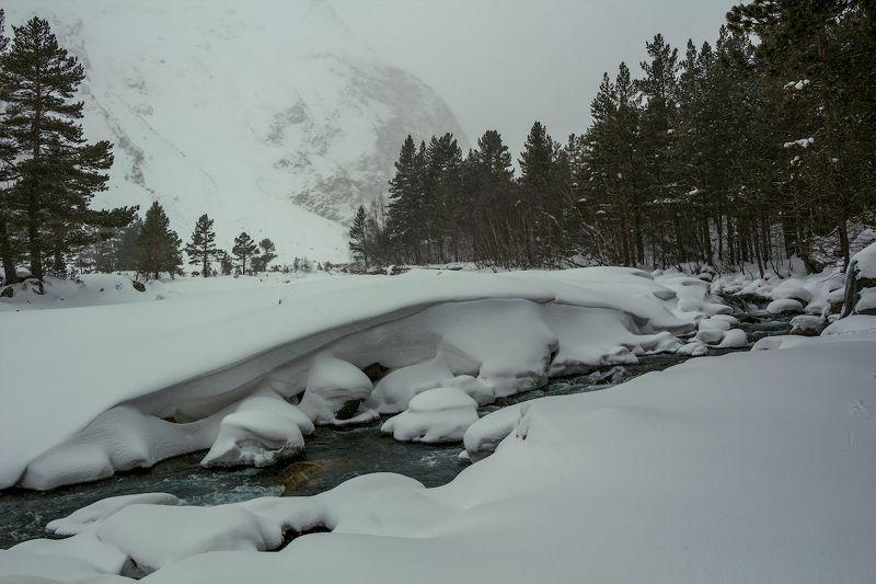 горы, снег, река уже сугробы намело...photo preview