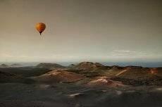 На большом воздушном шаре