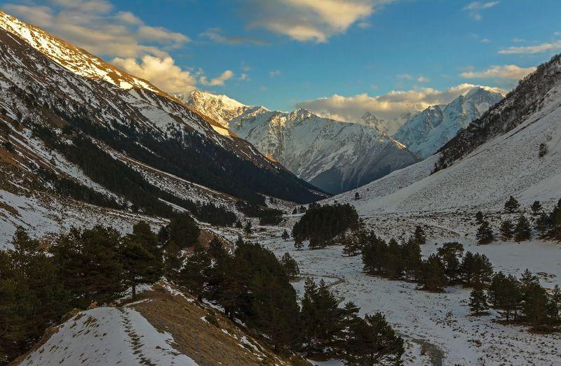 горы, закат ложится тропинка по склонам петляя...photo preview