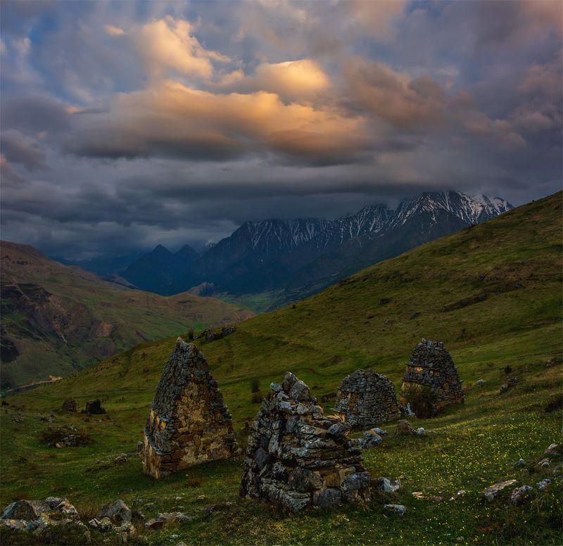 природа, пейзаж, кавказ, горы, весна, вечер, панорама, закат, солнце, небо, облака, свет Склепыphoto preview