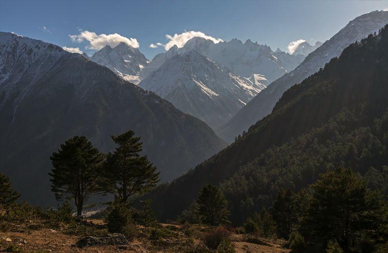 горы и яркий свет вершины заливает...photo preview
