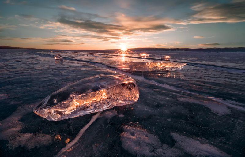 байкал,лед,закат,прозрачный лед, пейзаж, снег, алмаз, облака,вечер, путешествие,природа,экология,фотообои,небо,солнце Байкальские алмазы на закате.photo preview