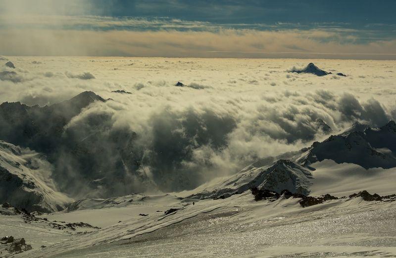 горы стекает с неба океан...photo preview
