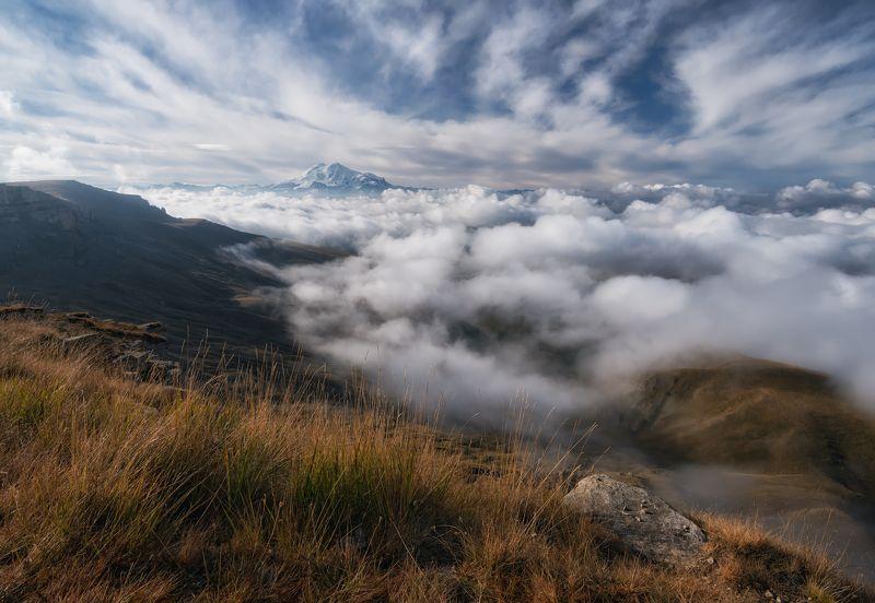 Кавказ под покрывалом тумана.photo preview