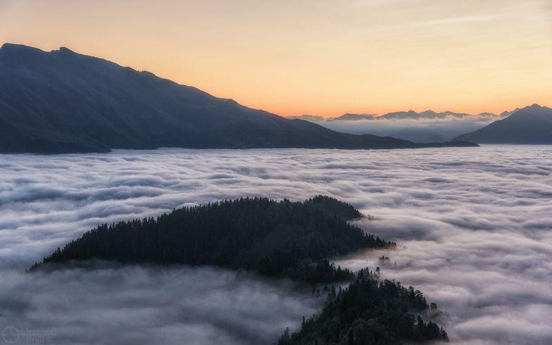 Пихтовый остров в море тумана...photo preview