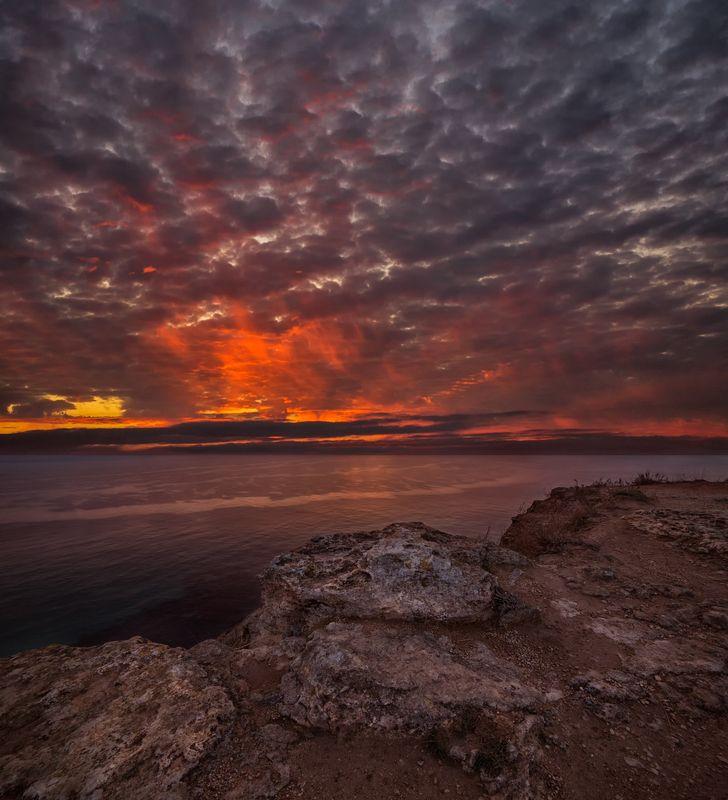 закат,море,крым,фиолент,обрыв,скала,отражение,облака,огненный,красный,небо,тучи,солнце,осень,лето,пейзаж,природа,путешествие Огненный закатphoto preview