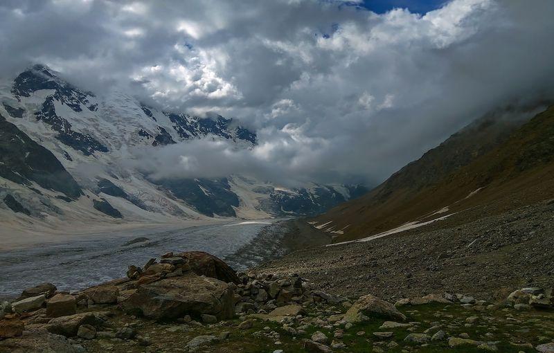 горы, альпинизм плывет туман над спящим ледником....photo preview