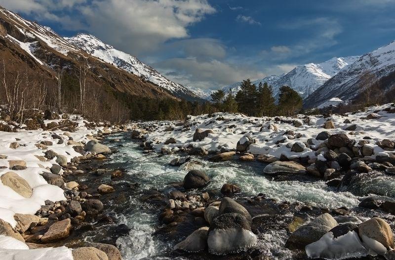 горы, река играет с бликами река...photo preview