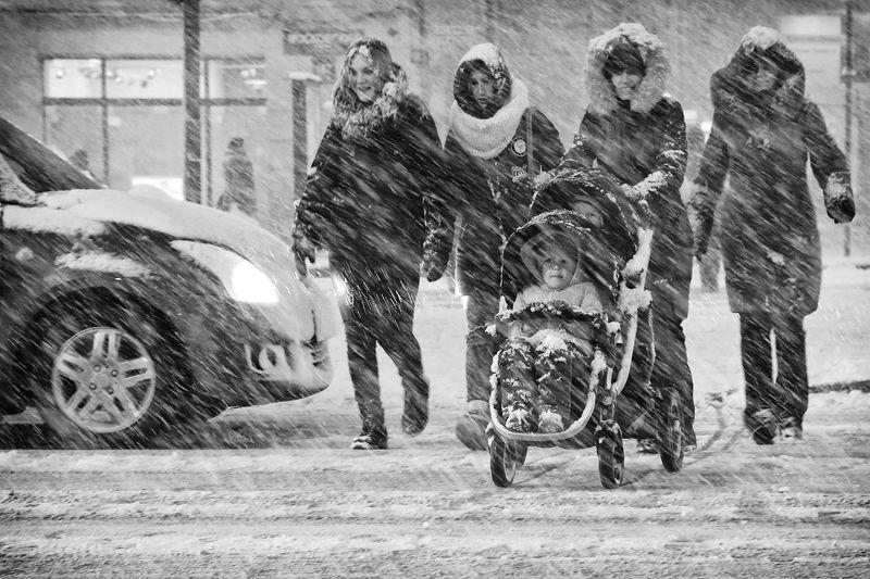 метель, снегопад, зима, дорога, коляска, двойняшки, дети, вечер, женщины Снегопадphoto preview