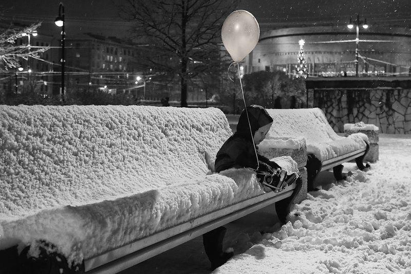 мальчик, малыш, воздушный шарик, скамейка, сугроб, снег, ребёнок, одиночество В ожидании чудаphoto preview