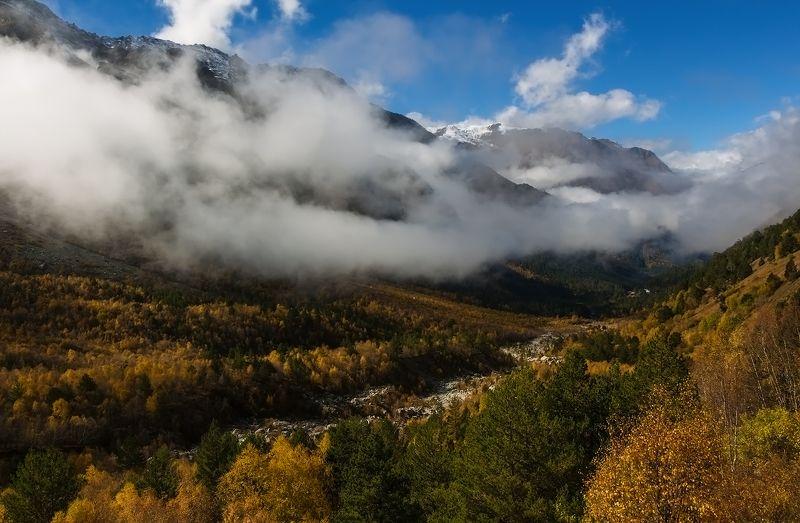 горы, ущелье, осень осенний вальс листвы и облаков...photo preview