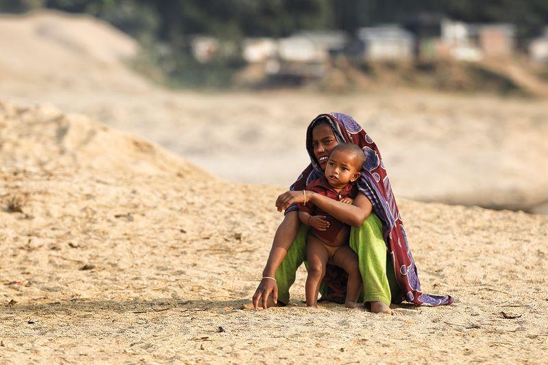 девочка, мать, объятия, двое, бангладеш, песок, малышка, материнство С мамойphoto preview