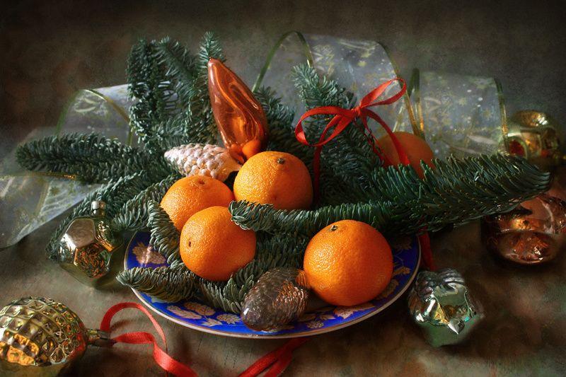 натюрморт, мандарины, еловая ветка, новогодние игрушки Праздничная композицияphoto preview