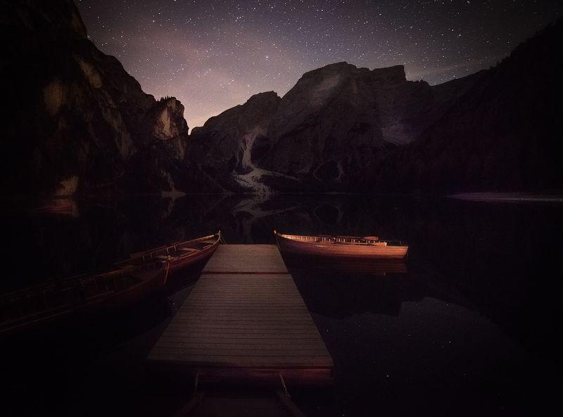 Езерото Брайъс в Доломитите през нощта.photo preview