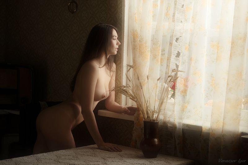 ню, девушка, грудь, обнажённая,окно, винтаж, кровать, патефон photo preview