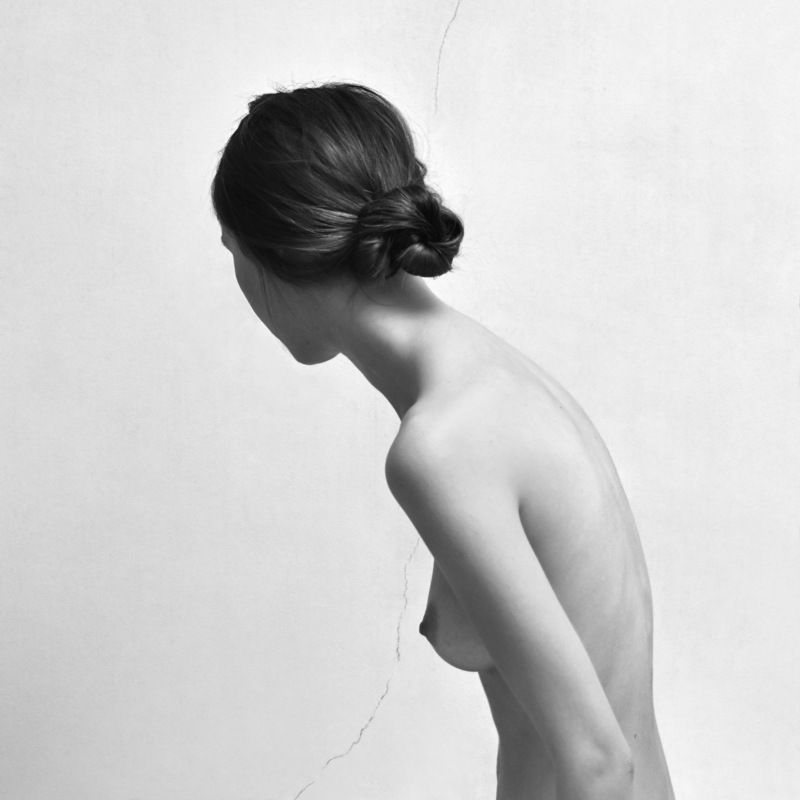 girl, model, sitting, portait, black and white, curve, back, hair, seduction, fragile, wall, scratch, nude, minimalism Fragilephoto preview