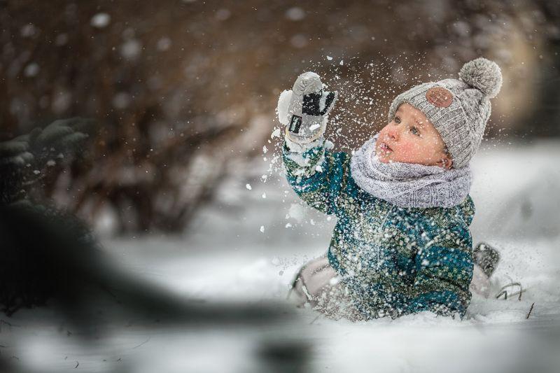 снег, ребенок, мухи, снегопад, зима Мама, что это? Это же мухи! Белые мухи!photo preview