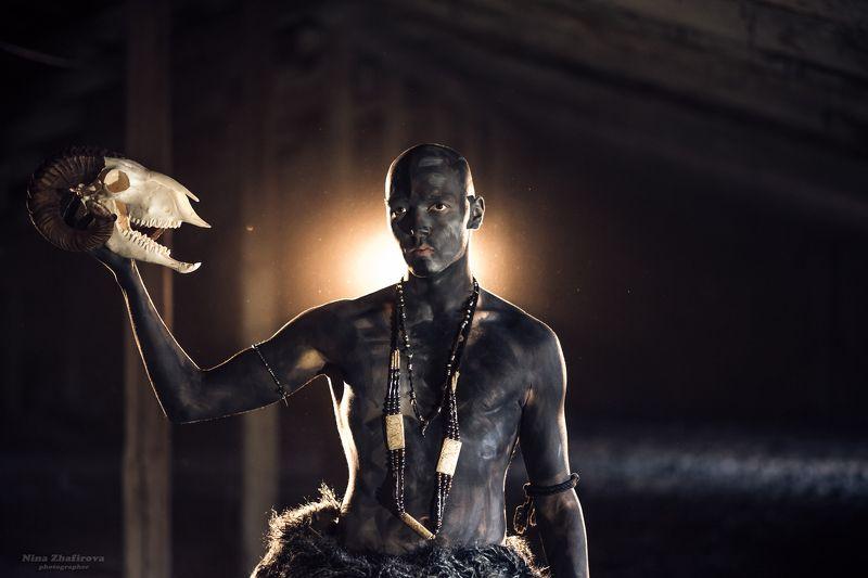 дым,  контровой свет, череп, мужчина, торс Маврphoto preview