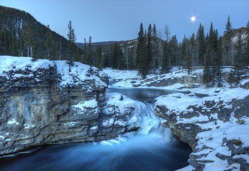 Лунный рассвет в горах Альберты.