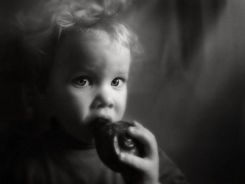 ребенок,  свистулька Мальчик со свистулькойphoto preview