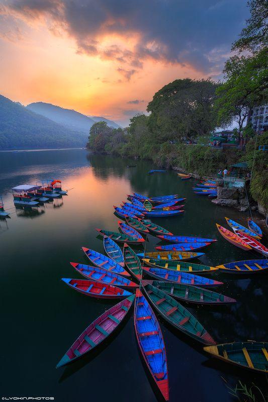 Закат теплого дня на озере Пхева