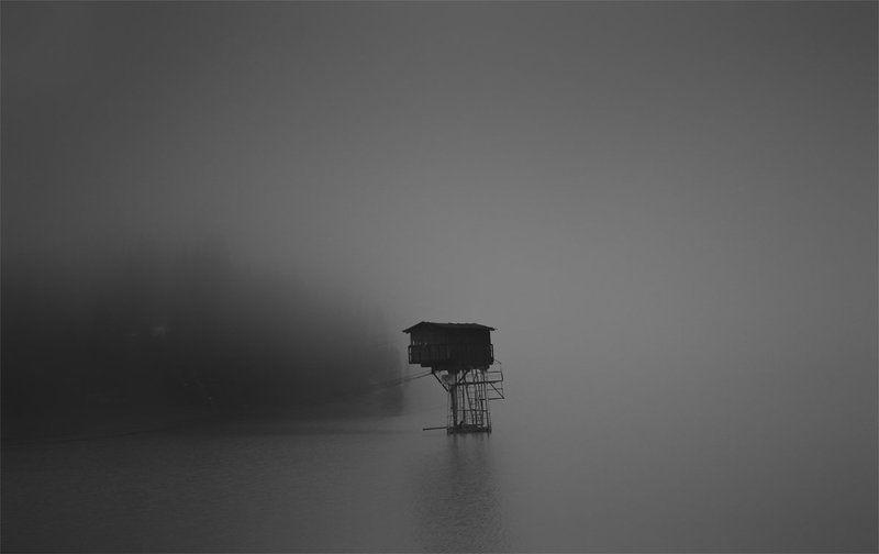 туман,озеро,домик домик над озеромphoto preview