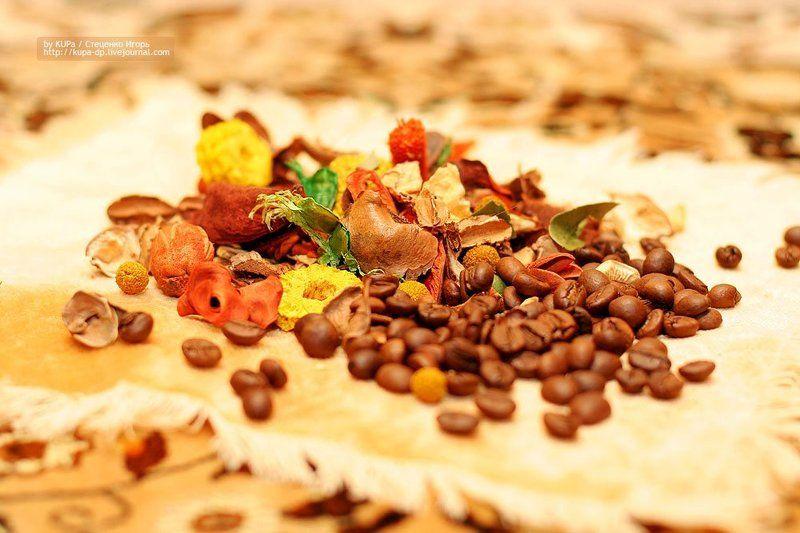 кофе, чашка, зёрна кофе, на столе Доброе утро... Кофе не желаете?photo preview