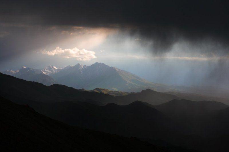 горы, закат, киргизия, тянь-шань природа, путешествия, облака, небо Между небом и землейphoto preview