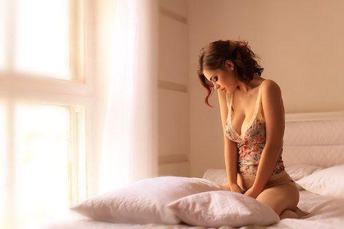 в постели женщина фото