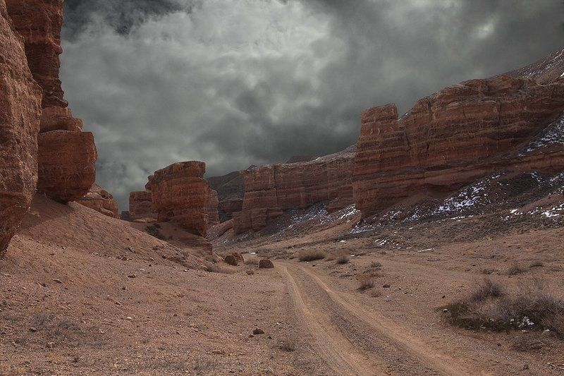 тучи, каньон, песчаные скалы. Кажется дождь начинается.photo preview