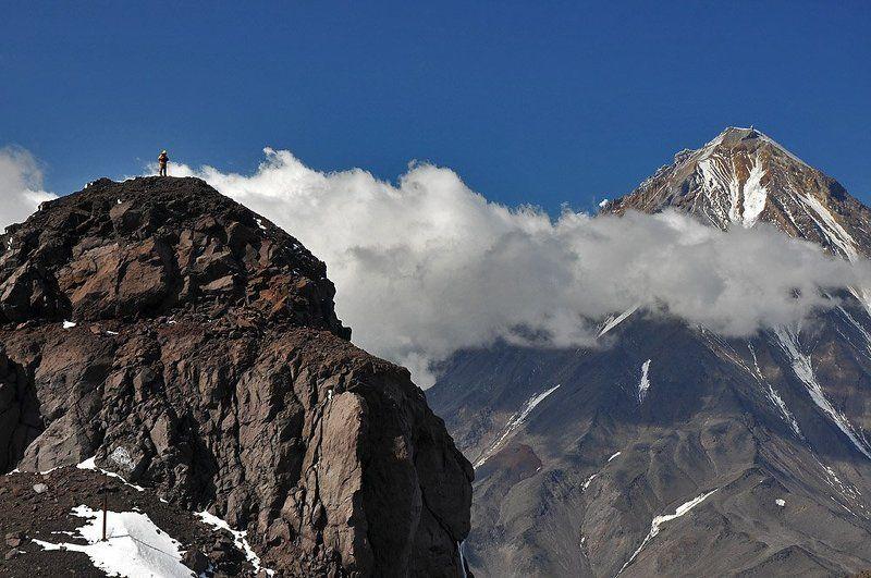 камчатка, вулкан, авача, корякский Человек на вершинеphoto preview