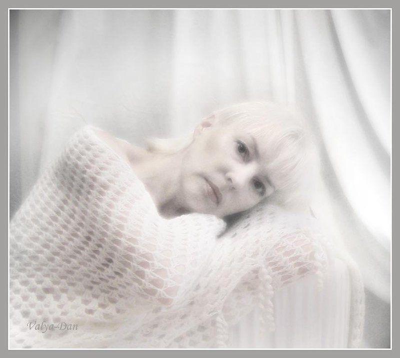 Утренний портрет автора в белом интерьере...photo preview