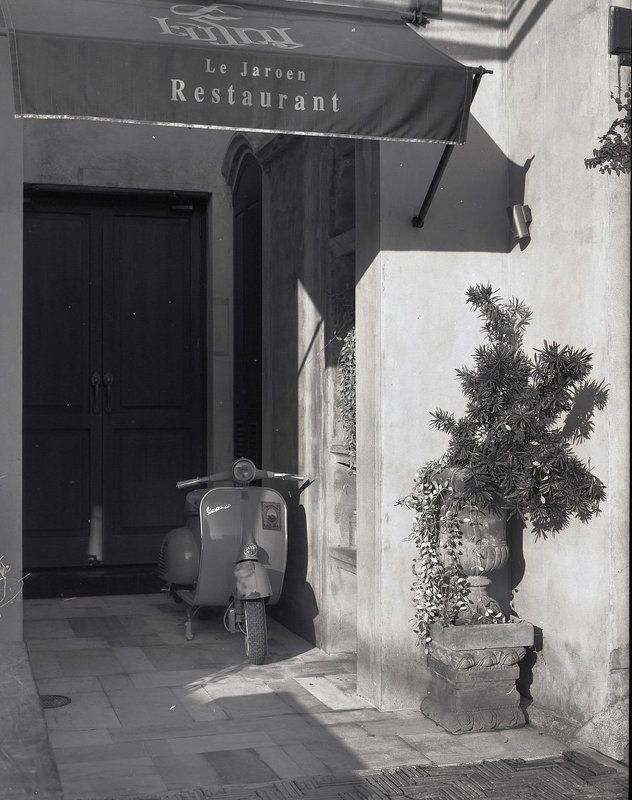 Итальянский мотороллер у французского ресторана в Тайланде.photo preview