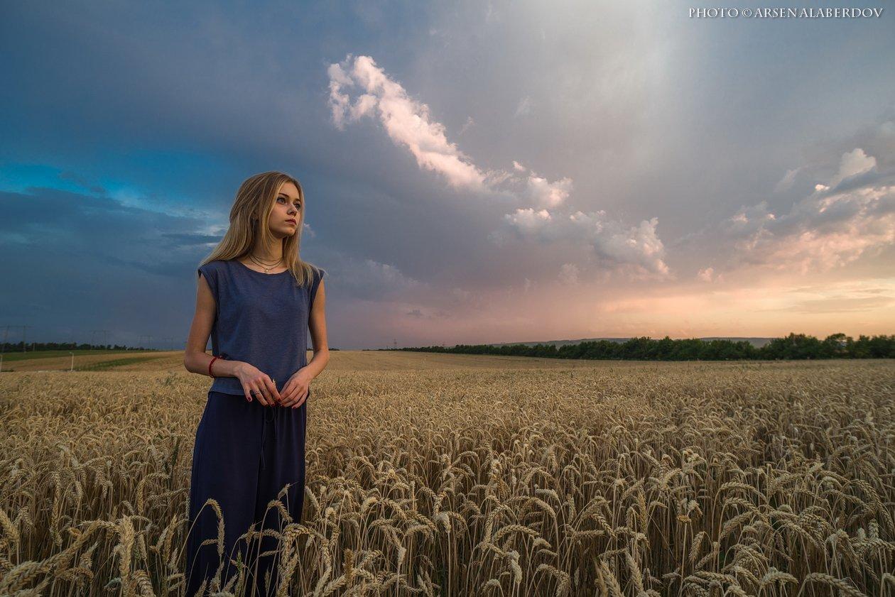 горы, предгорья, хребет,поле, пшеница, вечер, закат, модель, девушка,  солнечный свет, скалы, холмы, долина, облака, путешествия, туризм, карачаево-черкесия, кабардино-балкария, северный кавказз , закат, свет, лучи, АрсенАл
