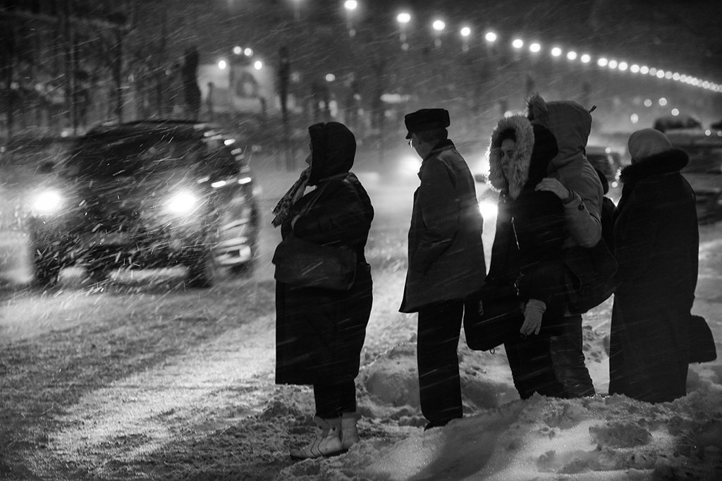 метель, снегопад, зима, дорога,  дети, вечер, женщины, перекрёсток, снег, машина, фары, очередь, ожидание, Alla Sokolova