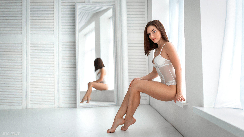 студия, модель, в белье, боди, брюнетка, портрет, ню, у зеркала, белое, белый фон, зеркало, свет, Сухарь Александр