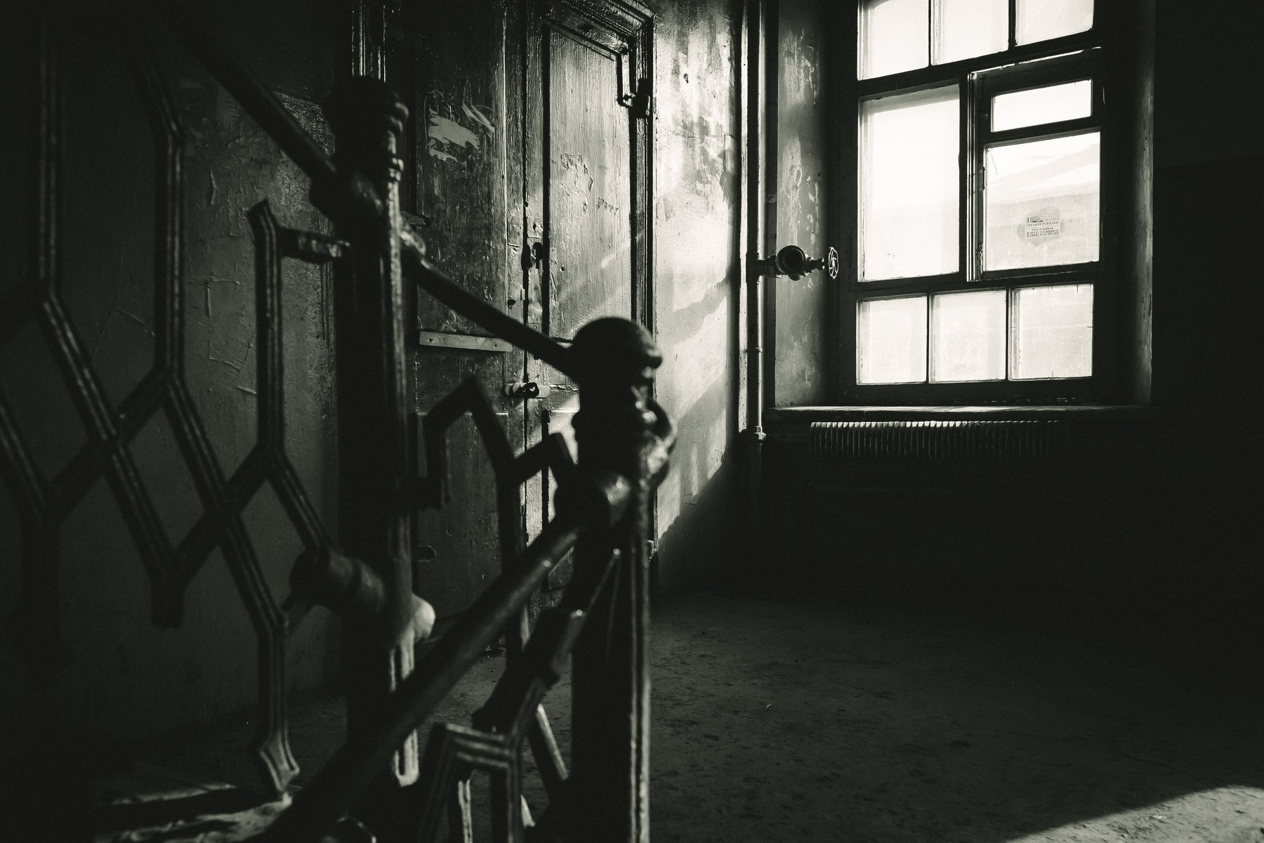 казарма, лестница, окна и двери, Денис Сухачев