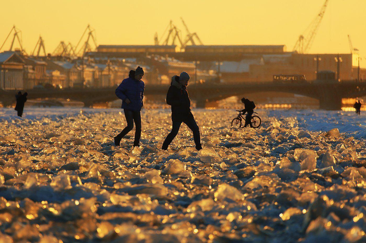 нева, река, лёд, ледышки, закат, мост, велосипед, пешеходы, Alla Sokolova